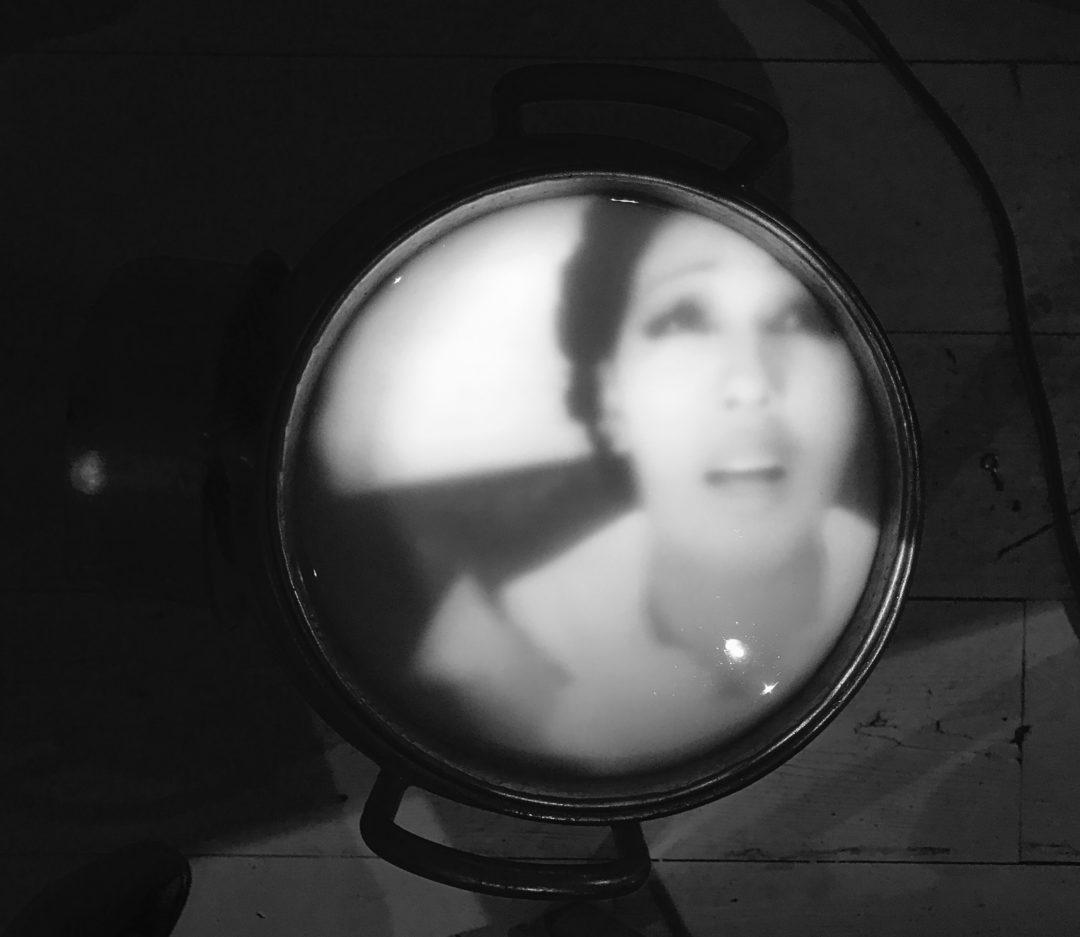 Suddig bild genom ett runt glas på kvinna