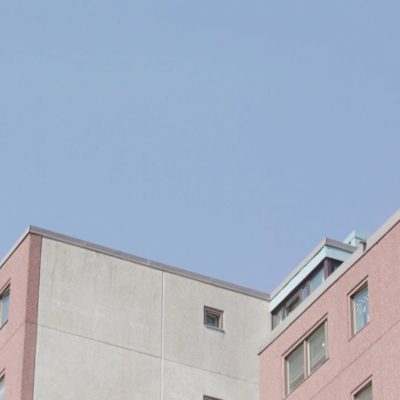 Stillbild från filmen föreställer toppen av ett höghus