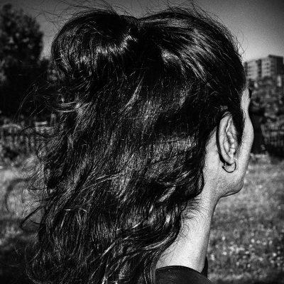 Bilden föreställer en kvinnas bakhuvud och hår